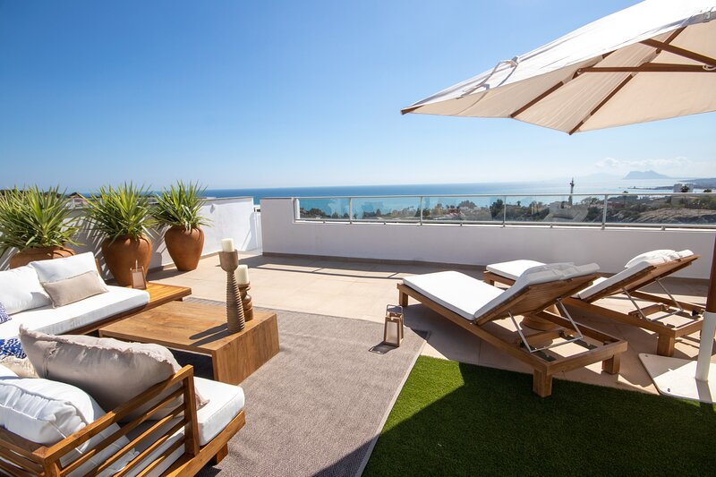 Luxury 2 Bed Penthouse in Manilva with stunning sea views and roof terrace, vacation rental in Pueblo Nuevo de Guadiaro