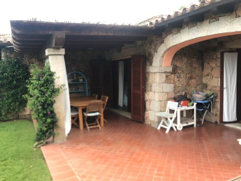 Splendida villetta ad angolo con giardino, aluguéis de temporada em Puntaldia