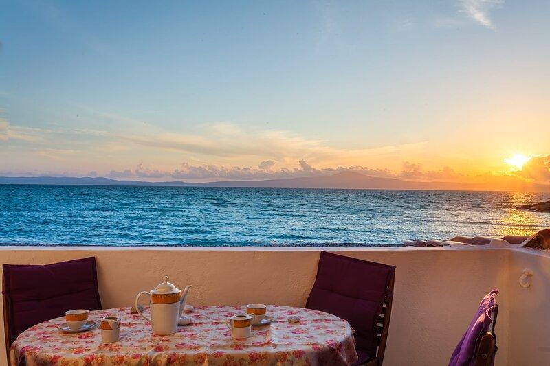 On the Beach - Akroyali Family Home, location de vacances à Mikri Mantineia