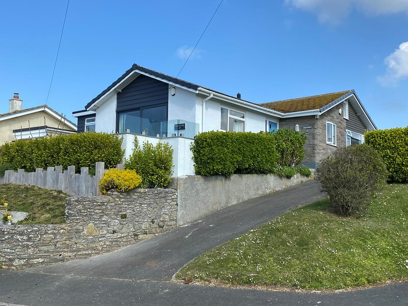 SEASCAPE (HOPE COVE), dog-friendly, sea view, garden/terrace, parking, holiday rental in Hope Cove