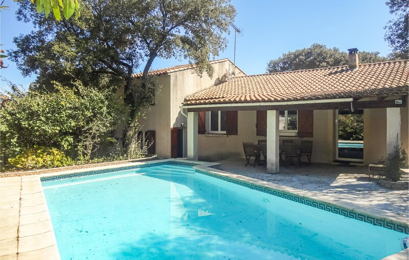 Nice home in Sussargues with Outdoor swimming pool, WiFi and 5 Bedrooms (FLH505), casa vacanza a Restinclieres