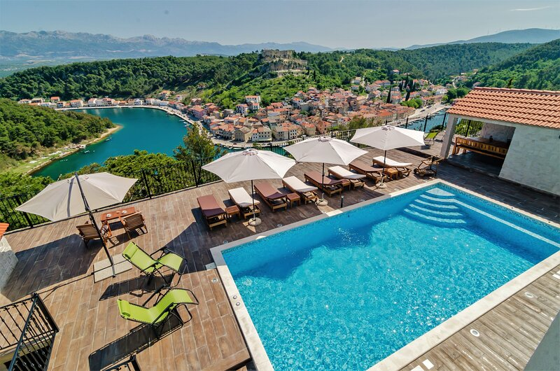 A1  beautiful apt w.magnificent view and pool use, casa vacanza a Novigrad