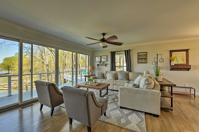 NEW! Modern Lakefront Oasis w/ Private Dock & Yard, holiday rental in Sherrills Ford