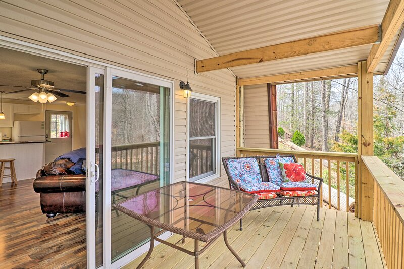 NEW! Norris Lake Escape w/ Deck: 1 Block to Marina, holiday rental in Caryville