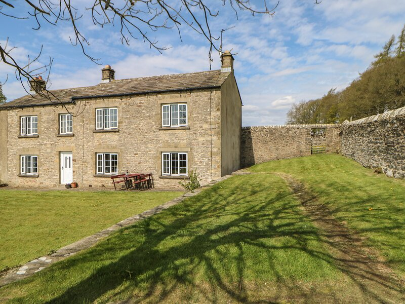 SUNNYSIDE COTTAGE, family friendly, character holiday cottage, with a garden in, holiday rental in Bellerby