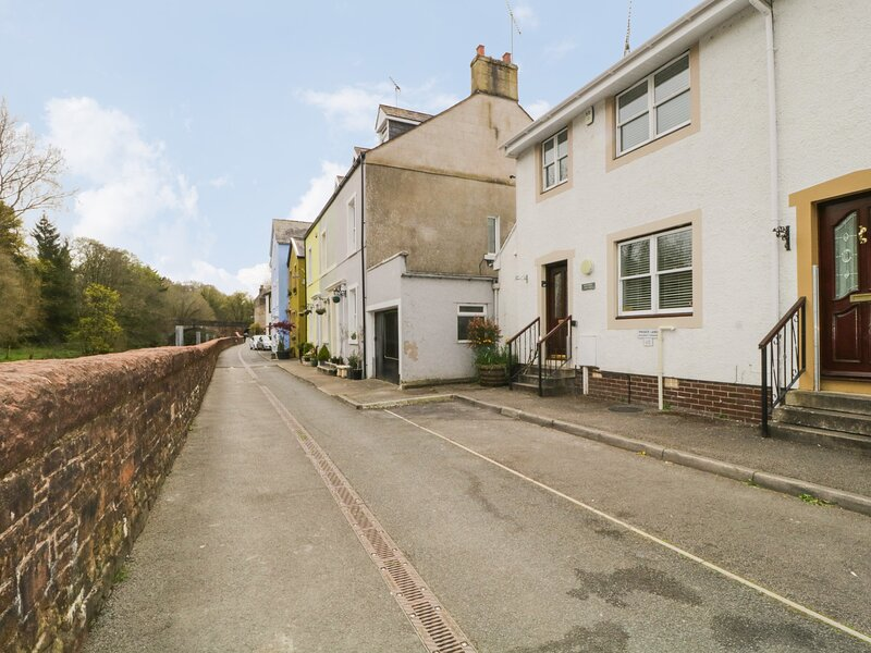 RIVERSIDE COTTAGE, pet-friendly, WiFi, in Cockermouth, holiday rental in Lorton