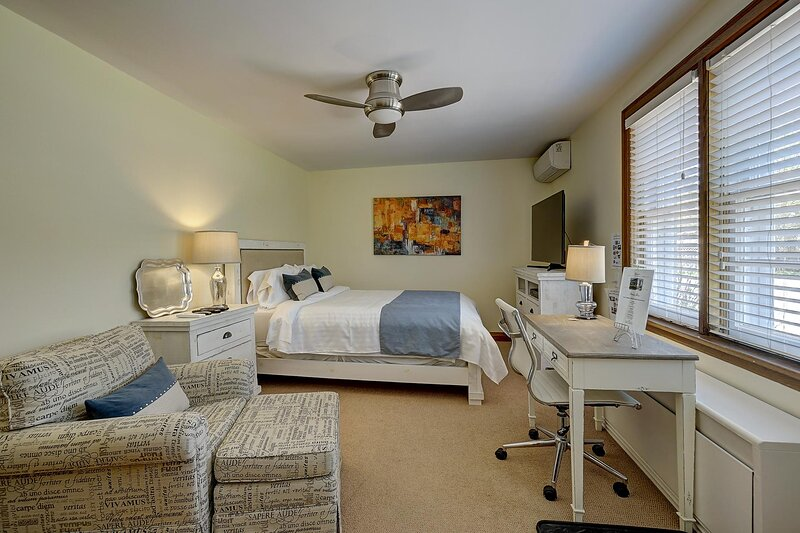 Luxury Garden Suite with Soaker Tub, Spacious Backyard & Off Street Parking!, holiday rental in Horseshoe Valley