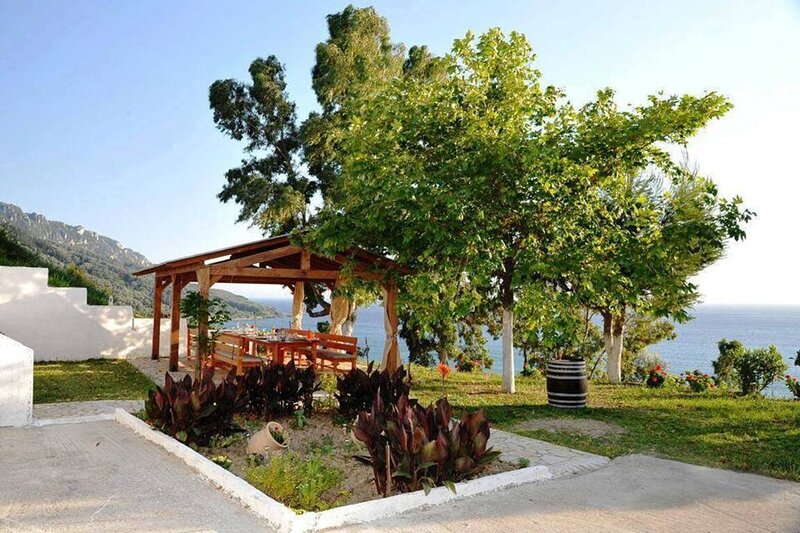 Cozy Apartment, few mins from beach, Corfú, holiday rental in Afionas