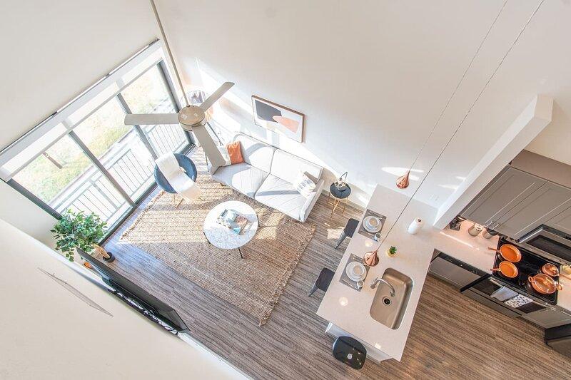 25 Ft Ceilings! Modern Loft | Parking + Gym C, holiday rental in Carrollton