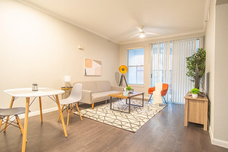Modern 1BR Heart of Downtown   Gym, Pool, Parking, holiday rental in Cockrell Hill