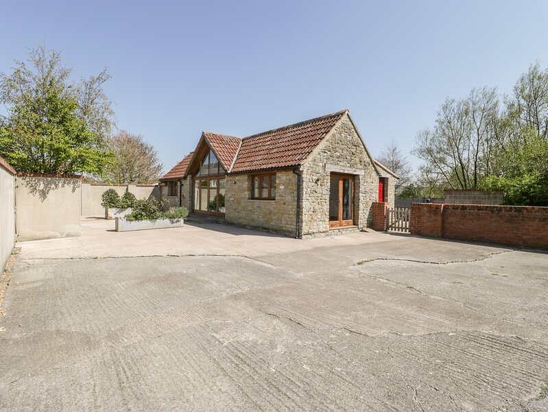 THE STONE BARN, barn conversion, large gardens, open plan, near Shepton Mallet, vacation rental in Bruton