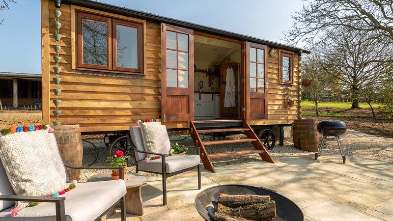 Tudor Oak Shepherds Hut, Painswick - sleeps 2 guests  in 1 bedroom, vacation rental in Birdlip