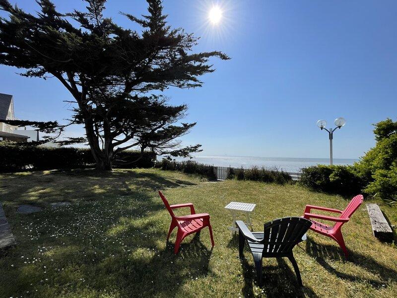 Villa en front de mer, accès direct sur la digue, jardin clos, holiday rental in Carolles