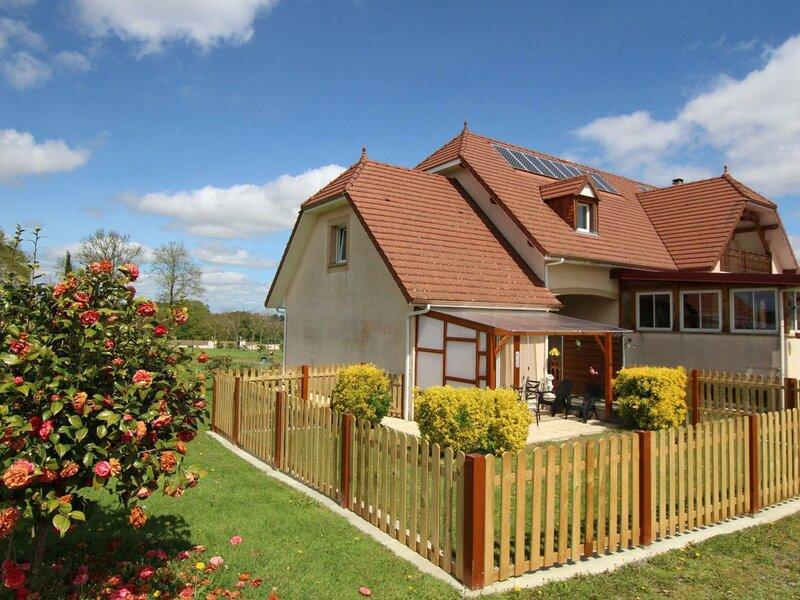 LES NUAGES FLEURIS - OUEST, vacation rental in Lahitte-Toupiere
