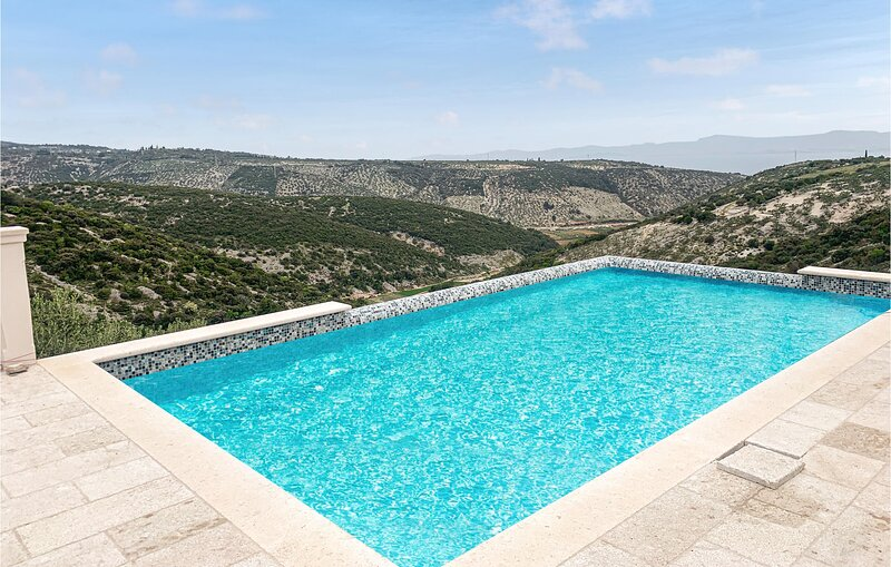 Stunning home in Postira with Outdoor swimming pool, WiFi and 3 Bedrooms (CDB678, location de vacances à Dol