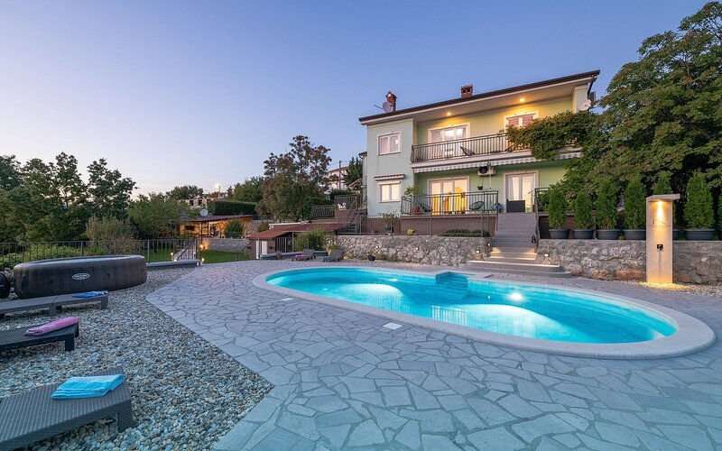 Villa Silvana with pool, alquiler de vacaciones en Marinići