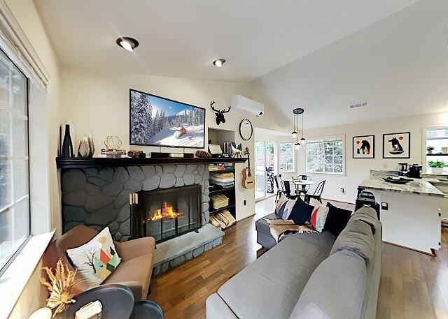 Arrowhead Villas Haven | Hot Tub, Deck, Grill | Balcony with Hammock Chairs, aluguéis de temporada em Lake Arrowhead