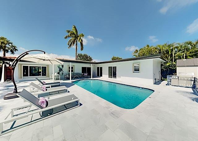 Modern Luxury Stunner | Pool, Outdoor Kitchen & Bar | Chef's Kitchen, holiday rental in Hillsboro Beach