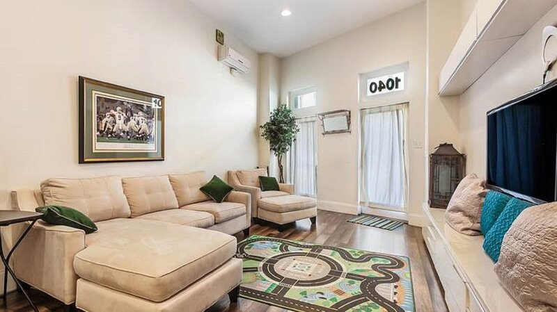 Charming New Orleans Townhouse Near All City Hot Spots, holiday rental in Terrytown