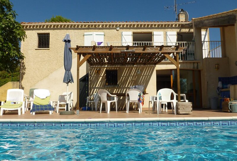 Thezan-les-Beziers Holiday Home Sleeps 9 with Pool and WiFi - 5889362, holiday rental in Lignan-sur-Orb