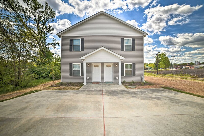 NEW! Clarksville Townhome w/ Yard on City Park!, holiday rental in Southside