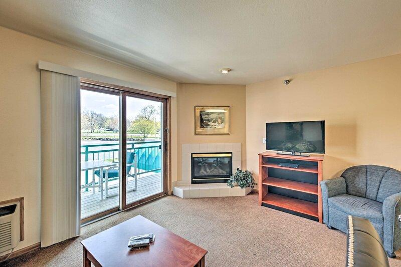 NEW! Comfy Resort Studio w/ Balcony by Lake Geneva, alquiler de vacaciones en Burlington