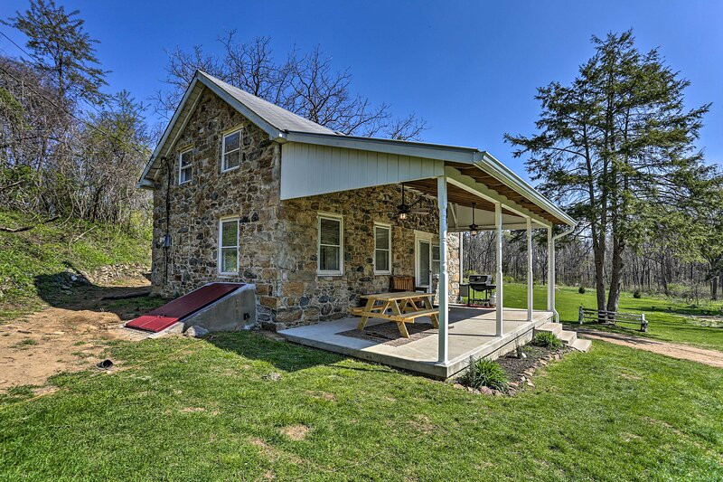 NEW! Idyllic Hellertown Cottage; Patio & Fire Pit!, holiday rental in Bucks County