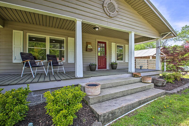 NEW! Pet-Friendly Abode w/ Fire Pit: 4 Mi to Dtwn!, holiday rental in Malvern
