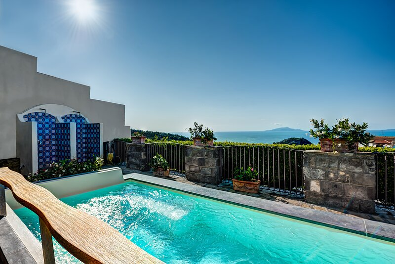 Relaxing villa with swimming pool and sea view in Schiazzano, holiday rental in Schiazzano