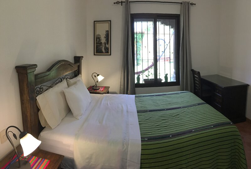 APT4 - Colonial villas with 2 bedrooms 2 bathrooms - APARTAMENTOS LOS NAZARENOS, vakantiewoning in Guatemala