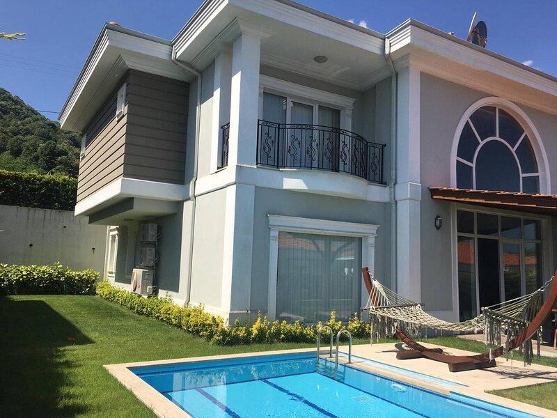 Sunrise Sapanca Villa D Özel Havuz & Bahçe 6 Yatak Odası, Banyolar Lüks Villa, vacation rental in Izmit