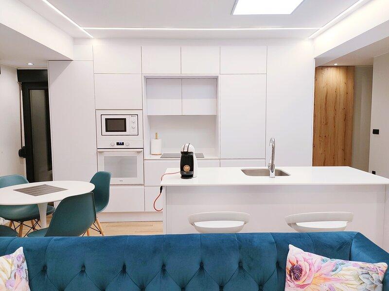 Piso Moderno en pleno centro de la ciudad de Oviedo ubicación inmejorable, vacation rental in Sograndio