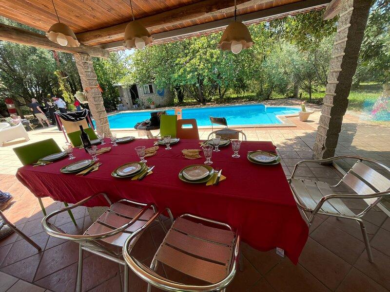 Tavolo coperto e piscina