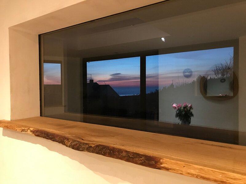 4 bed Family Beach house w/ hot tub opposite the surfing swimming beach, aluguéis de temporada em Widemouth Bay