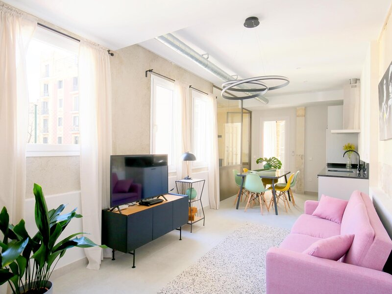 Charming Palacio Real - 3 Bedroom Apartment, 2 Full Baths, alquiler de vacaciones en Mazo