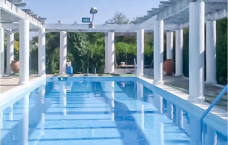 Beautiful home in Gines with Outdoor swimming pool and 4 Bedrooms (EAC544), alquiler de vacaciones en Sanlúcar la Mayor