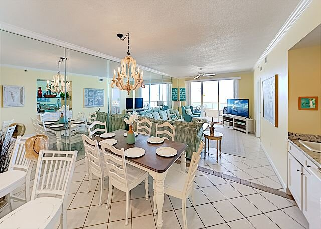 Enclave Unit 403: Gulf-Front Suite Retreat w/ Balcony & Pool, Steps to Sand, location de vacances à Orange Beach