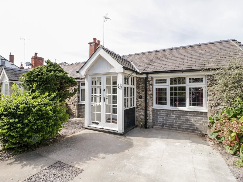 1 NEW INN TERRACE, cosy retreat, pet friendly, lovely touring base, Ref 973415, holiday rental in Axton