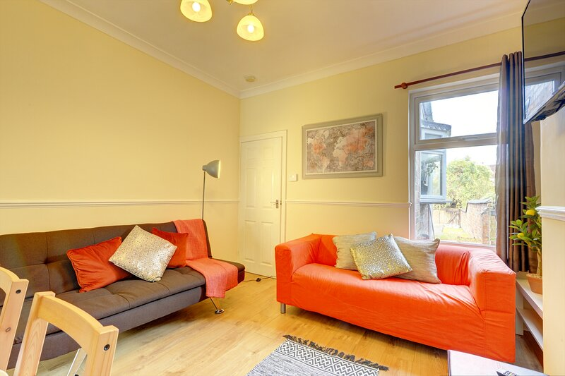 EARLSDON HOME COVENTRY - Cosy 3 Bed House by Passionfruit Properties, holiday rental in Kenilworth