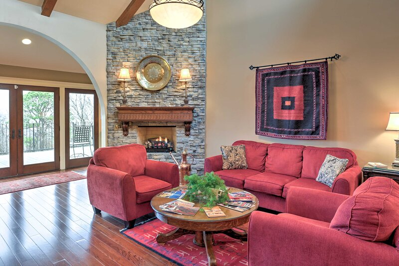 Rustic Fayetteville Townhome w/Fireplace & 3 Decks, location de vacances à Johnson