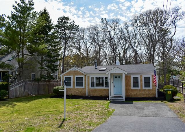 New to 2021 Inventory! Meticulous 3 bedroom, 1 bath home with beachy décor!, casa vacanza a West Harwich