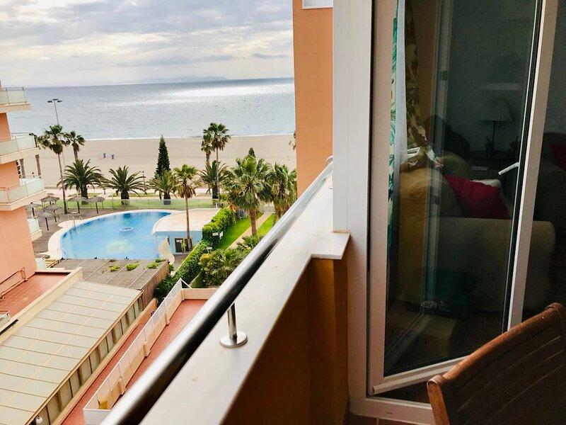 Oceanfront, 3 bedrooms, 2 bathrooms, terrace, pool & parking, alquiler de vacaciones en Roquetas de Mar
