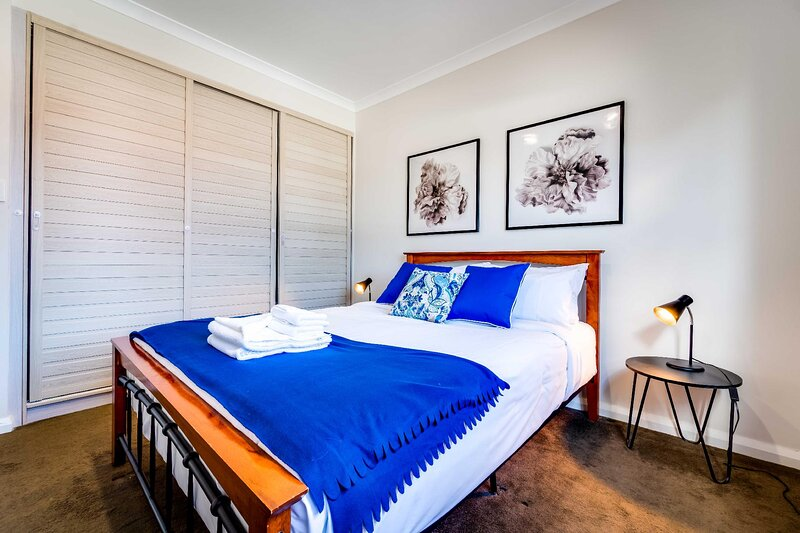 South Perth Family Gem Parking, stroll to river, vacation rental in South Perth