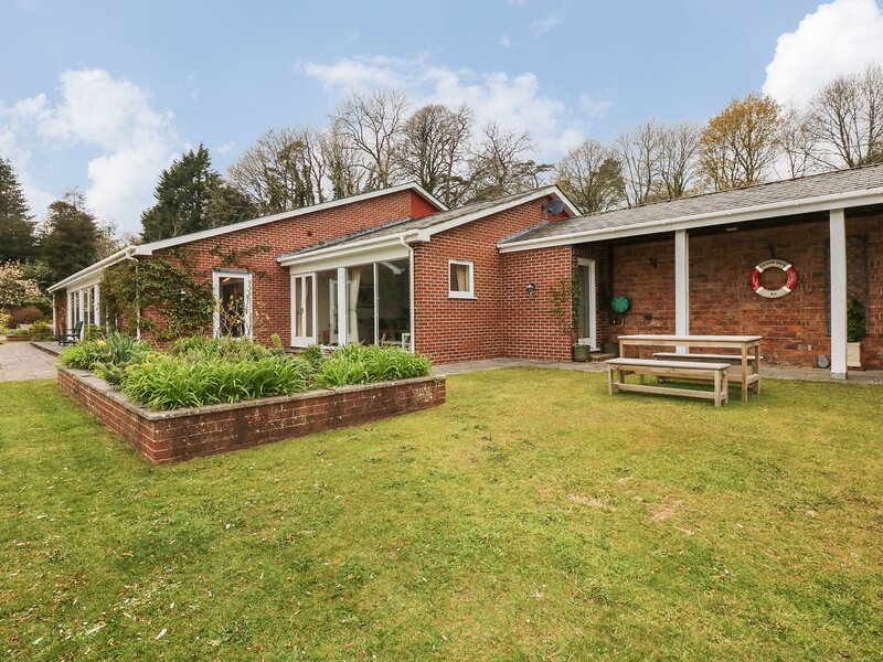 WOOD VIEW COTTAGE, indoor heated swimming pool and views, near Blackawton, location de vacances à Strete