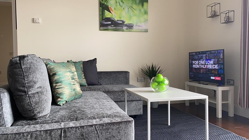 Exquisite 2 Bed Penthouse Apartment in Ashford, holiday rental in Kingsnorth