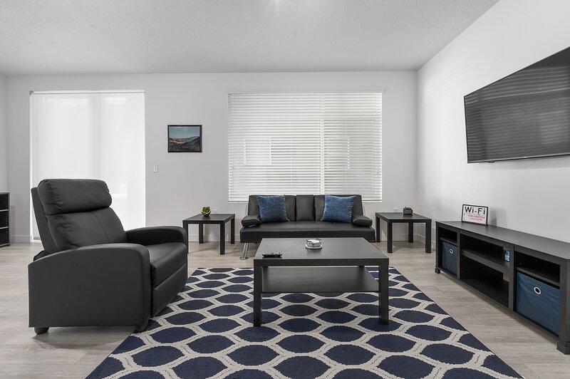 ✰ Comfortable Retreat Near SLC | WIFI, FREE Parking, + Pool/Hot Tub, +More ✰, holiday rental in South Salt Lake