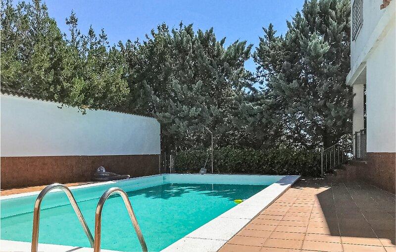 Beautiful home in Las Pajanosas with Outdoor swimming pool, WiFi and 4 Bedrooms, holiday rental in El Castillo de las Guardas