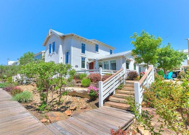 Carlton Landing-Cozy cottage nestled on lower Boardwalk!, holiday rental in Longtown
