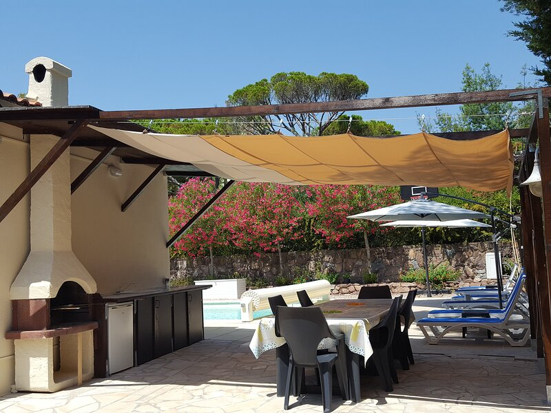 'La Mer' Upstairs 3 bedroom villa apartment with shared heated pool, location de vacances à Boulouris