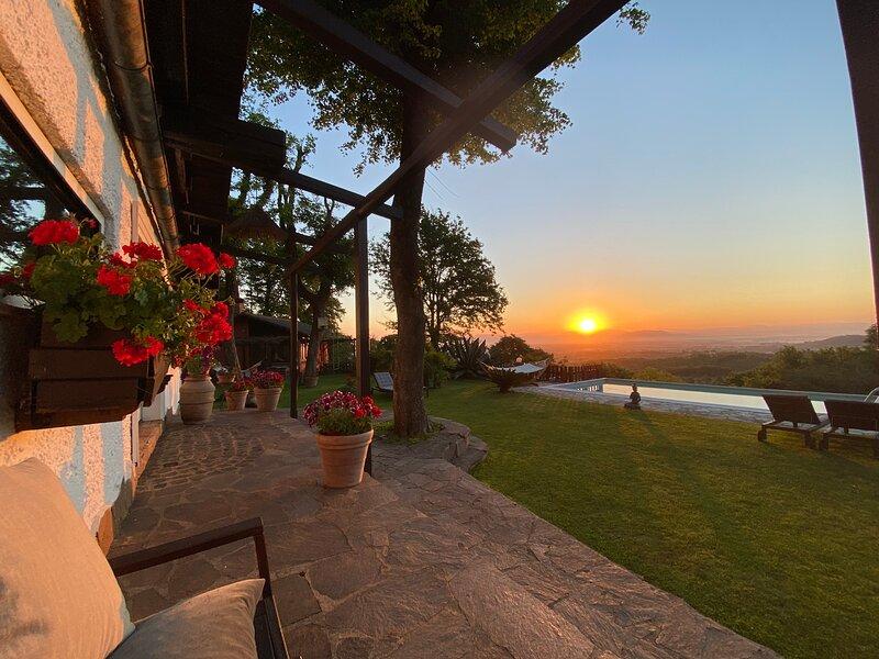 IDYLLIC ROBERTA S DREAM COTTAGE CLOSE TO BRACCIANO LAKE AND ROME INFINITY POOL, casa vacanza a Monterosi
